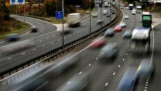 Elektrikli otomobili şarj eden yol