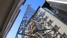 Rize'de İki bina arasında yüksek gerilim hattı